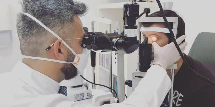 Diego López Alcón examinando un paciente con una lente escleral